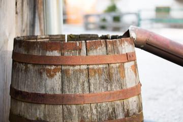 Altes Holzfass mit Eisenumrahmung