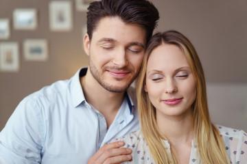 verliebtes paar steht kopf an kopf mit geschlossenen augen