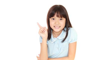 指示する笑顔の女の子