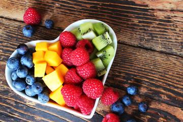 Verschiedene Früchte in herzförmiger Schale