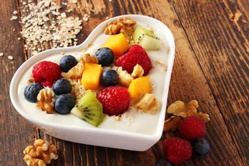 Veganes Früchtemüsli in herzförmiger Schale