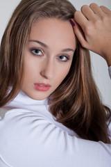 Junge hübsche Frau posiert im Fotostudio