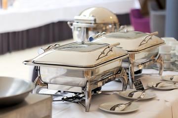Warmhalteplatten auf dem gedeckten  Tisch