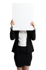 Geschäftsfrau hält leeres Schild vor dem Gesicht