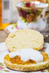 scones/ petit pain britannique/cake d'origine écossaise avec confiture d'orange.
