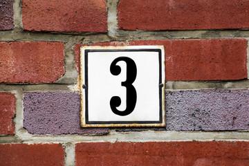 Hausnummer drei