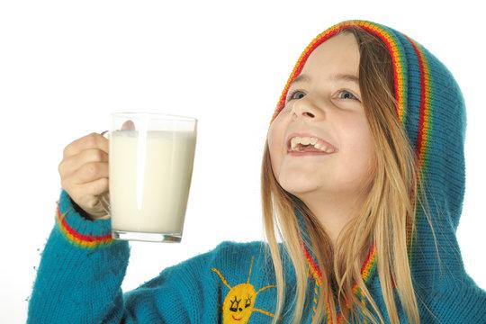 Enfant heureuse boit du lait