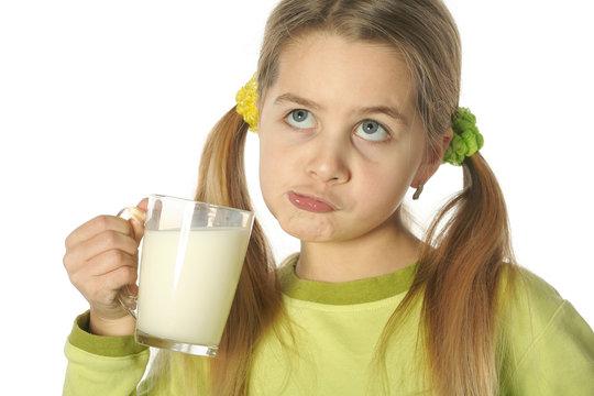 Jeune fille boit du lait