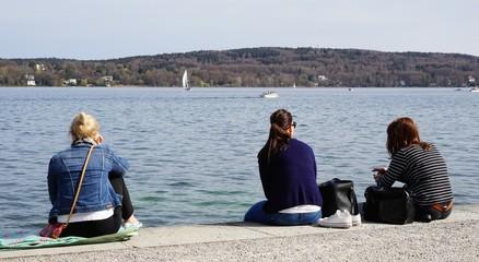Einsamkeit - Zweisamkeit / junge Frauen am See