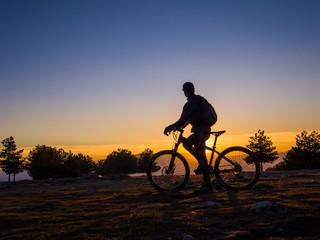 Deporte de ciclismo en la montaña