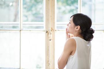 窓の前の女性