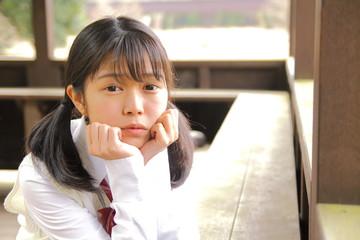 頬ずえを付く女子生徒