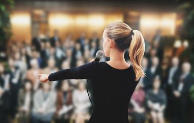 Donna su palco parla microfono