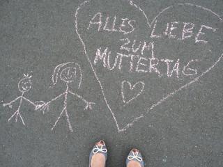 Alles Liebe zum Muttertag - Herzfom und Kinderkreidezeichnung  u