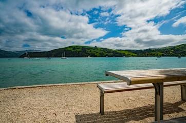 海沿いのベンチとテーブル