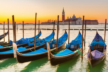 Türaufkleber Gondeln Gondolas in Venice at sunrise