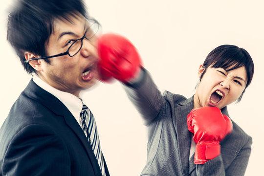 男を殴る女性 ボクシンググローブ