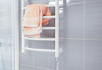 Shower wall with towel warming rack