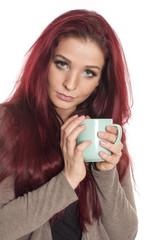 Rothaariges Mädchen hält eine Kaffeetasse