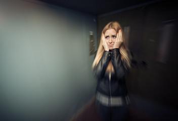 Frau schreit und hat Angst