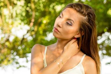 Obraz Młoda kobieta na zielonym tle. - fototapety do salonu