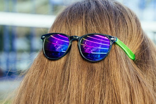Sun glasses with color glasses on the nape of the girl