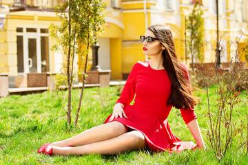 Женская мода. Городская жизнь. Молодая красивая девушка в городе.
