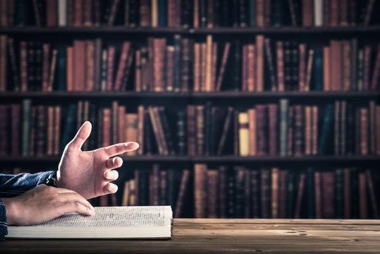 資料を読んでいるビジネスマンの手,ボディパーツ