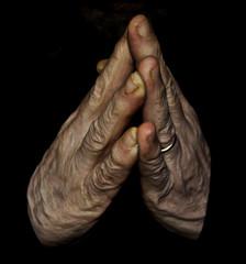 Mani giunte, mani di uomo anziano in preghiera.