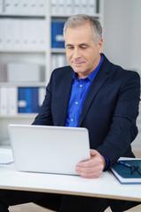 geschäftsführer schaut auf seinen laptop