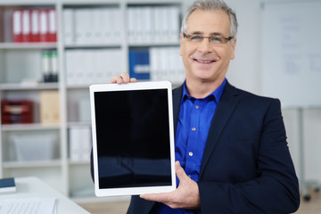 lächelnder berater präsentiert ein angebot am tablet