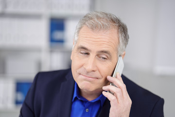 ernster geschäftsmann am telefon