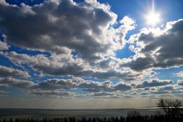 солнце светит из-за облаков