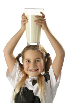enfant avec  grand verre de lait sur la tête