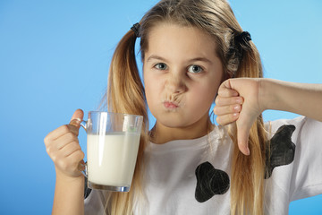 Jeune fille mécontente de boire du lait