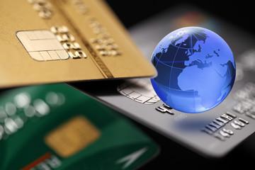 グローバルビジネスイメージ/クレジットカードとガラスの地球