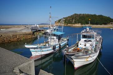田舎の漁港とボート