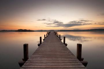 Wall Mural - Holzsteg am See zum Sonnenaufgang, ein Sommermorgen