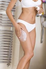 Photos illustrations et vid os de raffermir for Comfemme nue dans la salle de bain