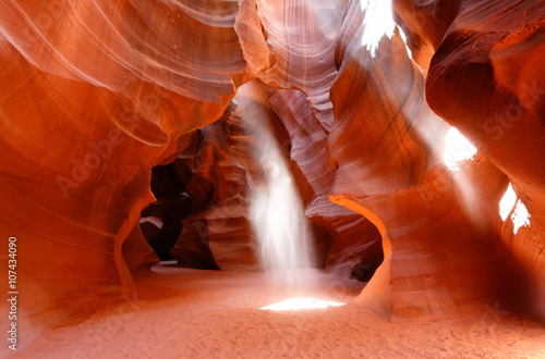 Fototapete Upper Antelope Canyon Showing Sun Beam Coming into Slot Canyon, Page, Arizona, USA