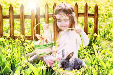 Mädchen auf der Ostersuche mit Hasen