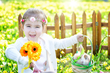 Mädchen mit Hase auf Blumenwiese
