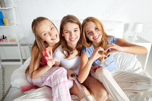 Молодые подруги разделись дома  409488