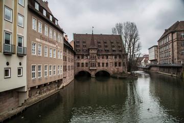 mittelalterlicher Brücke in Nürnberg mit Spiegelung im Fluss