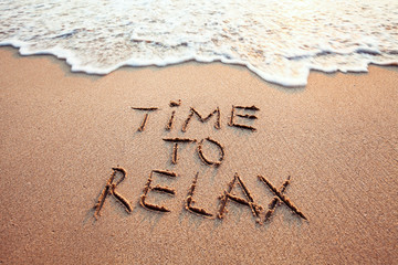 Fotorolgordijn Ontspanning time to relax, concept written on sandy beach