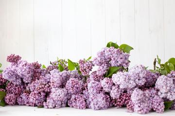 tło- bukiet kwiatów bzu lerzący na deskach, tabliczka z napisem i napis love