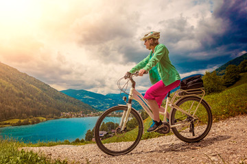 woman with e-bike above a lake/e-power 27