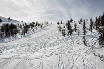 piste da sci innevate in montagna sulle alpi  del piemonte