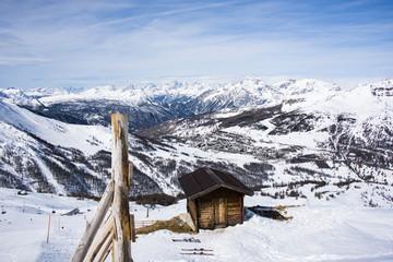 cime delle alpi in lontananza spruzzate di neve viste da sestriere