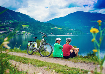 Freundinnen mit e-bike radelt um den See-sportive holidays 05